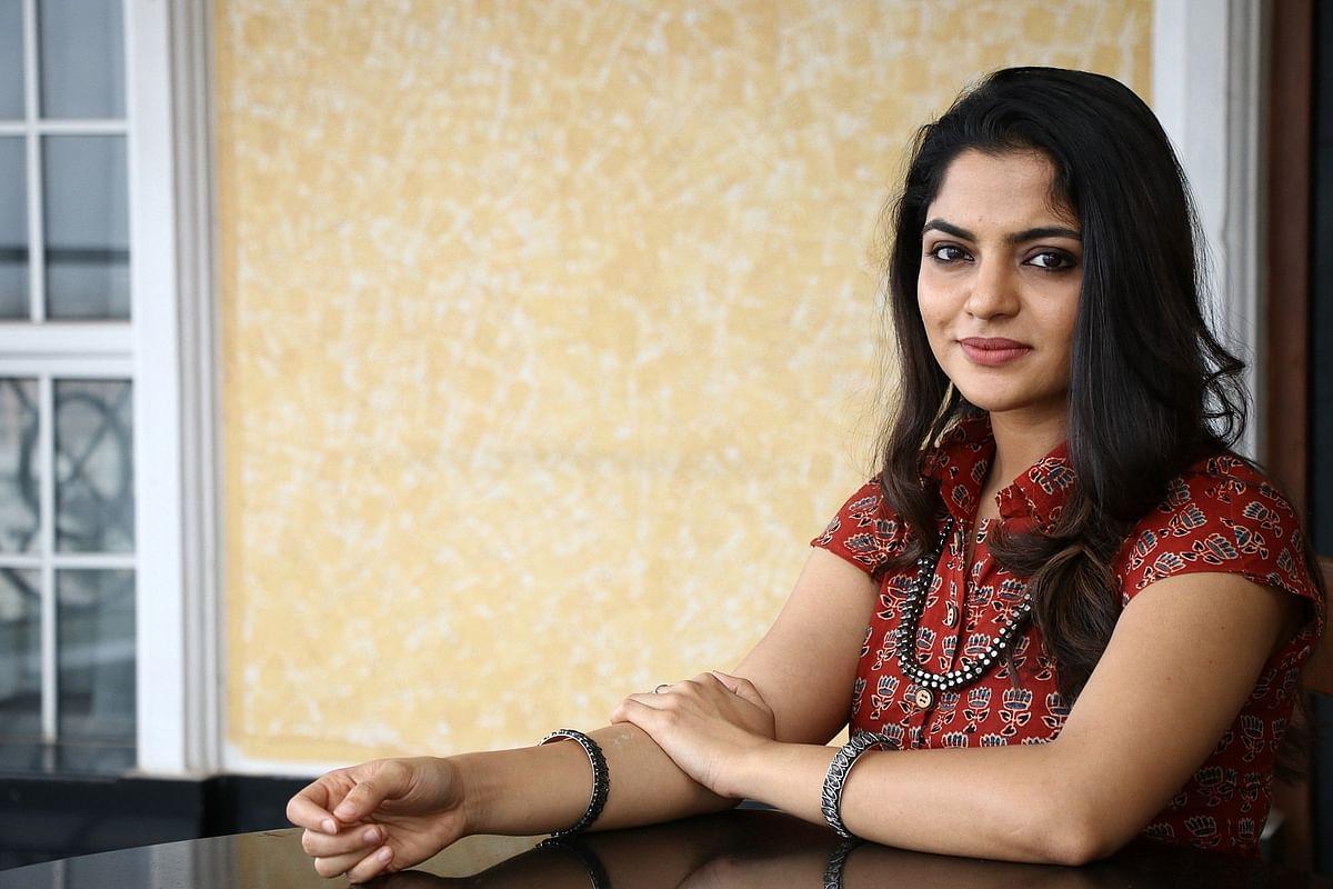 கொரோனா தடுப்பு நடவடிக்கை : மக்களுக்கு உதவ கால் சென்டரில் சேர்ந்த நடிகை நிகிலா விமல்! #Covid19