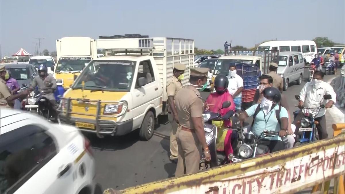 சென்னையில் வாகனங்களில் பயணித்த மக்களால் போக்குவரத்து நெரிசல்- கேள்விக்குறியாகும் ஊரடங்கு உத்தரவு! #Corona
