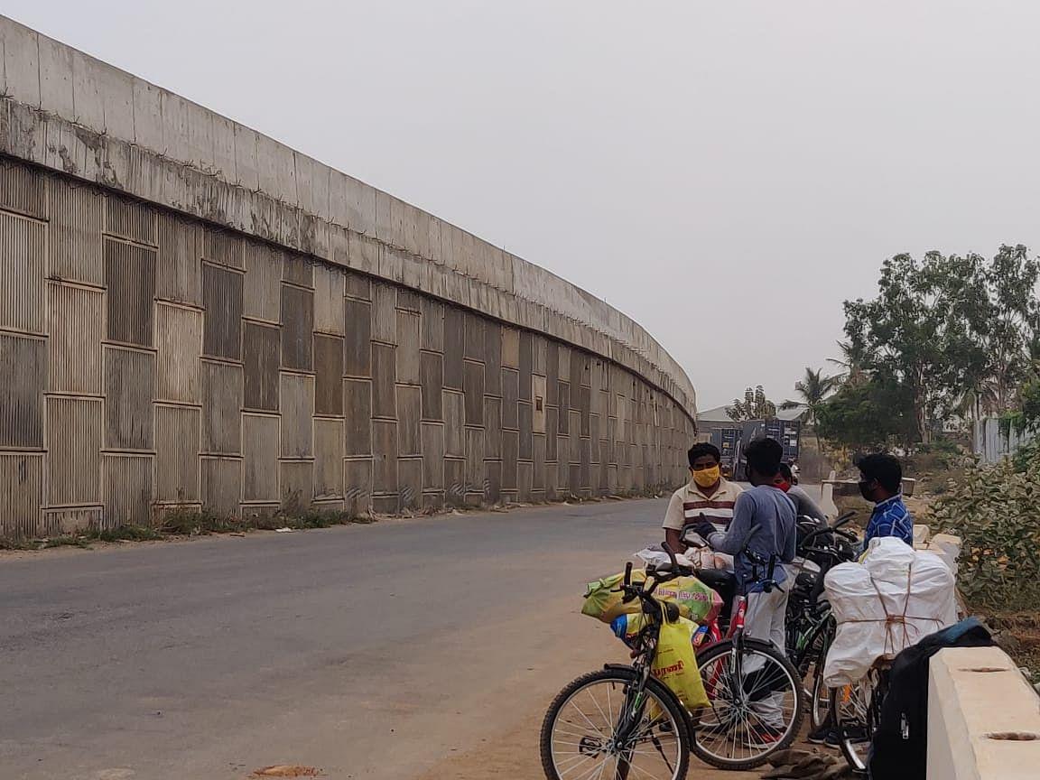சென்னைக்கு மிக அருகில் புலம்பெயர் தொழிலாளர்களின் கொடும்பயணம் - எப்படி இருக்கிறது NH16? கள நிலவரம்