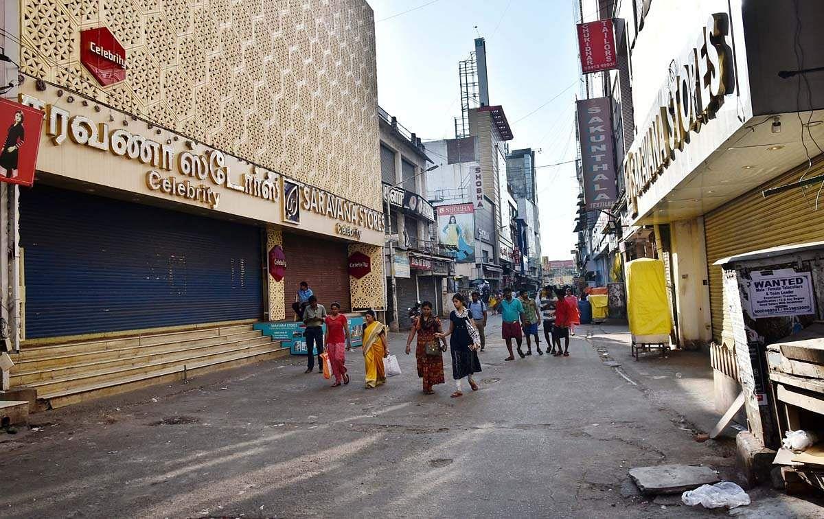 தீவிரமாக பரவும் கொரொனா.. இயல்பு நிலைக்கு திரும்பும் சென்னை.. இதுதான் தடுப்பு நடவடிக்கையா Mr.எடப்பாடி?