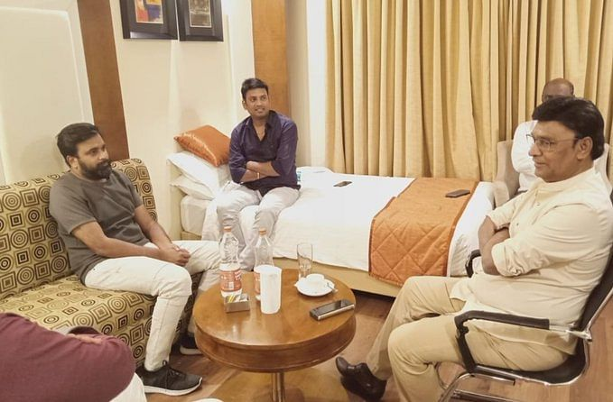 ரீமேக் ஆகிறது 80'ஸ் ப்ளாக்பஸ்டர் திரைப்படம்... பாக்யராஜ் இயக்கத்தில் நடிக்கிறார் சசிகுமார்?