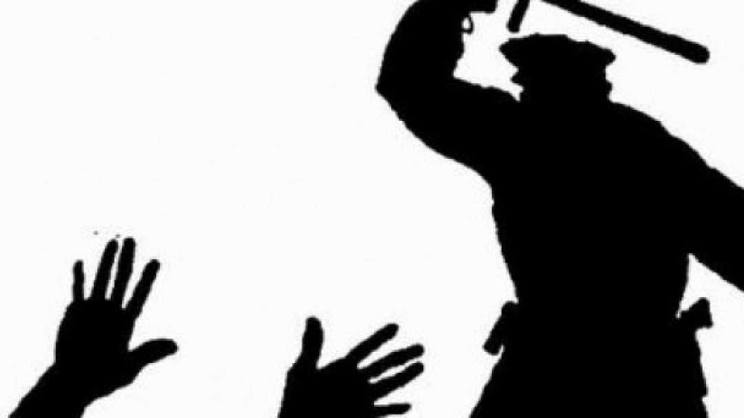 """""""போலிஸ் அராஜகத்தால் மயங்கி விழுந்த பெண்"""" - மனிதாபிமானமற்ற வகையில் செயல்படுவதாக மக்கள் குற்றச்சாட்டு!"""
