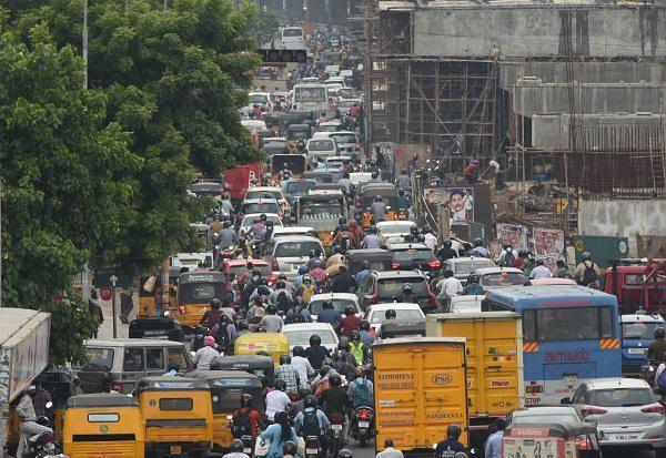 6,000-ஐ கடந்த கொரோனா: மீண்டும் சென்னைக்கு திரும்பும் பிற மாவட்ட மக்கள்.. டோல்கேட்டில் அலைமோதும் கூட்டம்!