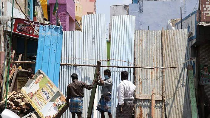 சென்னை தெருக்களில் மீண்டும்  தகரத் தடுப்புகள்: முறையான கொரோனா தடுப்பு நடவடிக்கை இல்லாததால் மக்கள் அவதி!