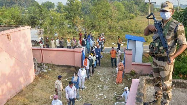 இறுதிகட்ட வாக்குப்பதிவு : பீகார் சட்டசபை தேர்தலில் வெல்லப்போவது எந்த கூட்டணி? #BiharElections2020