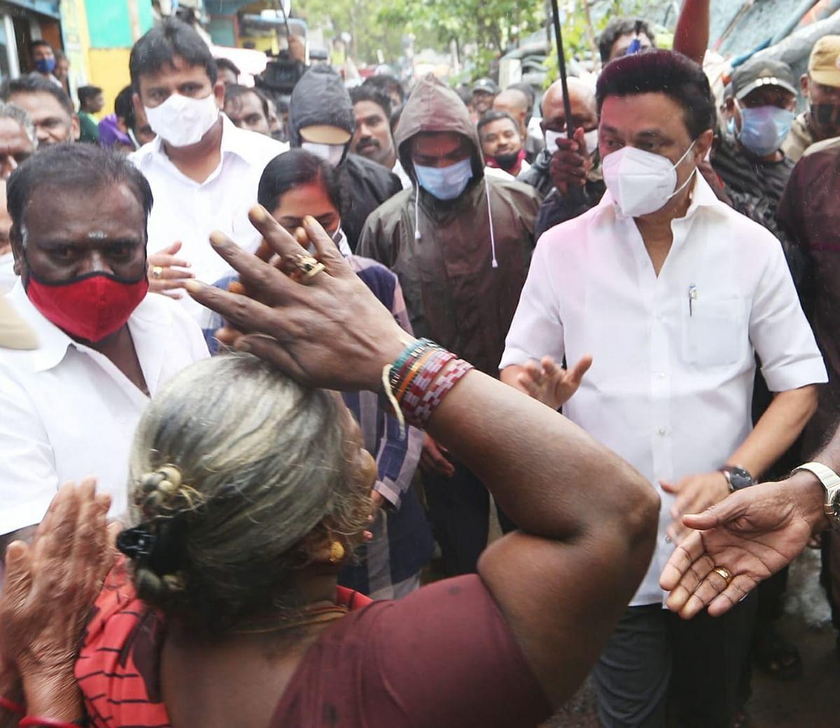 நிவர் புயலால் பாதிக்கப்பட்ட மக்களுடன் 'களத்தில் நிற்கும் தி.மு.க தலைவர் மு.க.ஸ்டாலின்' ! (Photos)