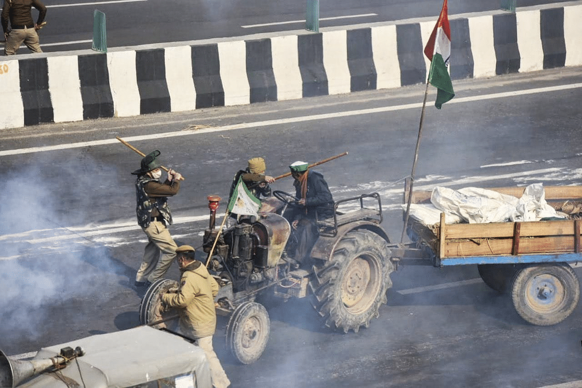Farmers Protest: விவசாயிகள் மீது போலிஸ் கொடூர தாக்குதல்; விவசாயி பலி : போர்க்களமானது டெல்லி!
