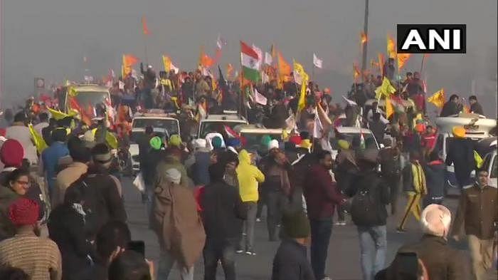 டிராக்டர் பேரணி: தேசியக் கொடியை ஏந்தி டெல்லி எல்லைக்குள் நுழைந்த விவசாயிகள்!