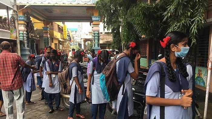 ஜன.,19 முதல் 10, 12ம் வகுப்புகளுக்கு மட்டும் பள்ளிகள் திறப்பு.. ஒரு வகுப்பறைக்கு 25 மாணவர்களுக்கே அனுமதி!