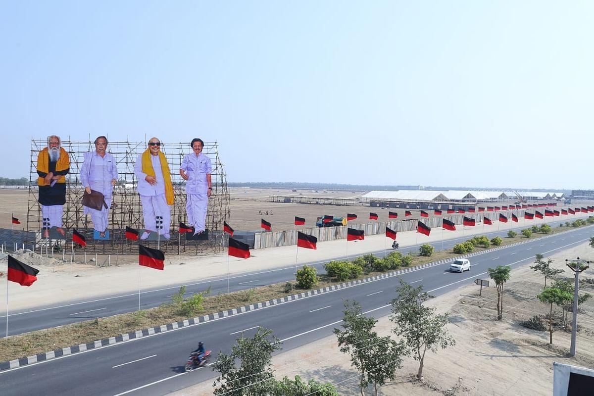 கொடி பறக்குதா - திருச்சியில் பிரமாண்டமாக தயாராகும் தி.மு.க பொதுக்கூட்டம் ! (Photo Album)