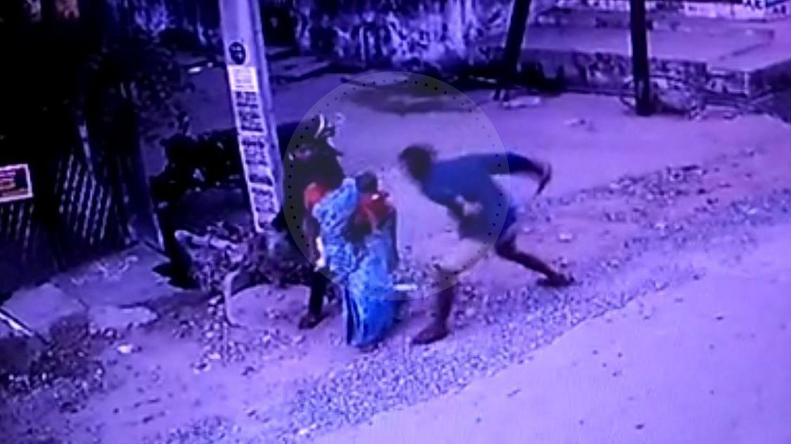 குடும்பத் தகராறில் மனைவி, மாமியாரை நடுரோட்டில் குத்திக் கொலை செய்த வாலிபர்... பதறவைக்கும் CCTV காட்சி!