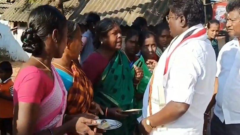 'இந்த அரிசியை மனுஷன் தின்பானா?': தரமற்ற ரேஷன் அரிசியைக் கொண்டு அதிமுக வேட்பாளருக்கு ஆரத்தி எடுத்த பெண்கள்