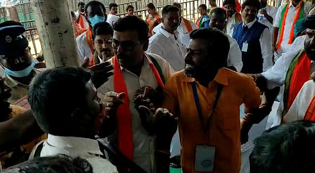குடிக்க தண்ணீர் கேட்ட செய்தியாளர்களை ஒருமையில் திட்டிய பாஜகவினர்: மோடி கூட்டத்தைப் புறக்கணித்த நிரூபர்கள்