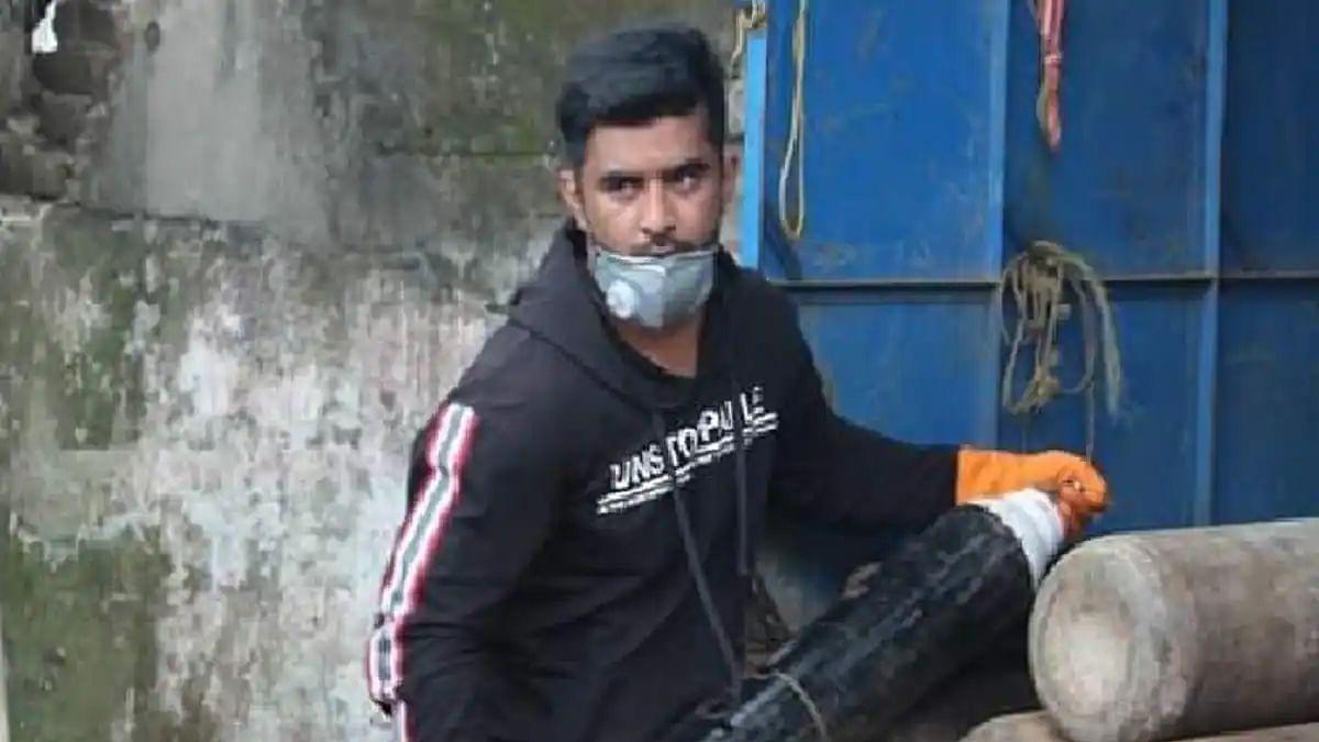 கைவிட்ட மோடி அரசு... காரை விற்று கொரோனா நோயாளிகளுக்கு ஆக்சிஜன் சிலிண்டர் வழங்கி வரும் இளைஞர்! #Viral