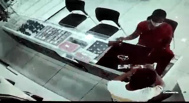 """""""நகை வாங்குவது போல் நடித்து பல நகைகடைகளில் கைவரிசை"""" : CCTV காட்சிகள் மூலம் வசமாக சிக்கிக் கொண்ட தம்பதி!"""