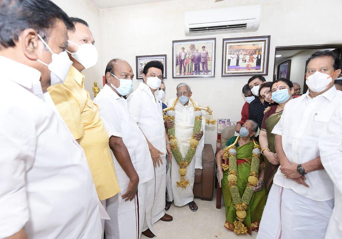 """""""தலையெடுக்கும் புதிய அரசியல் நாகரிகம்"""" : ஆர்.எம்.வீரப்பன் இல்லத்துக்கே சென்று வாழ்த்திய முதலமைச்சர்!"""