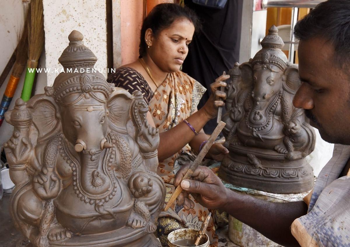 கைவினை கலைஞர்களால் உருவாக்கப்படும் விநாயகர் சிலைகள். இடம்.கொசக்கடை வீதி,புதுச்சேரி.