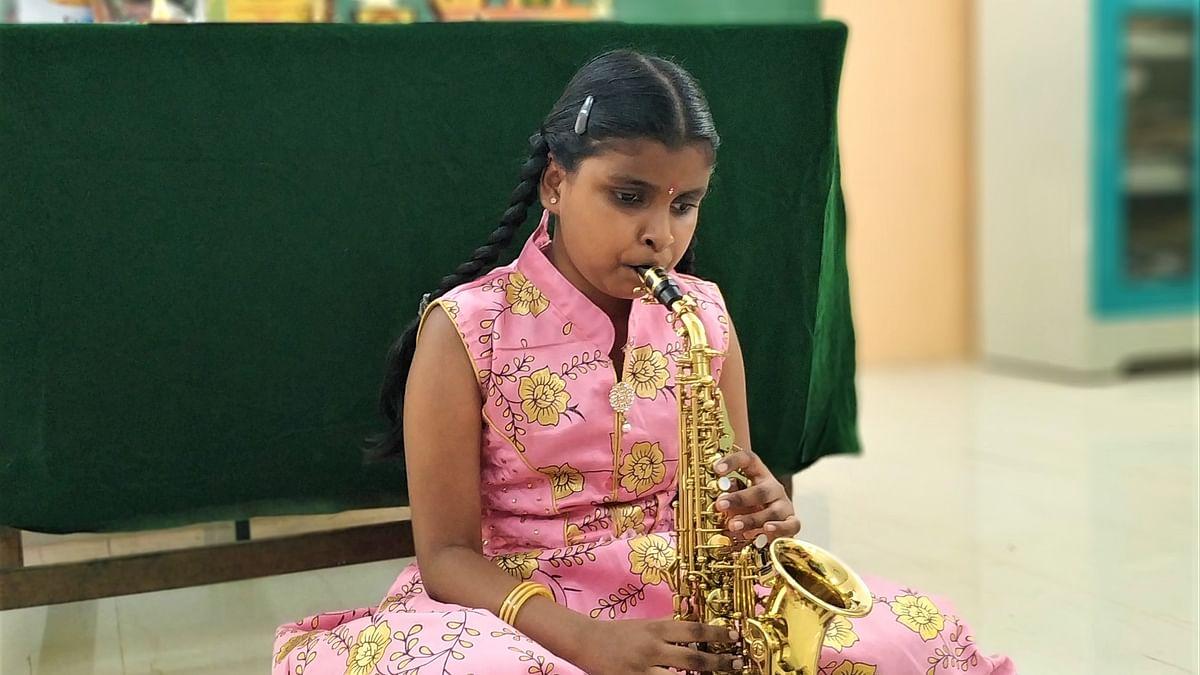 சாக்சஃபோனில் சாகசம் செய்யும் பார்வையற்ற 10 வயது பள்ளி மாணவி!