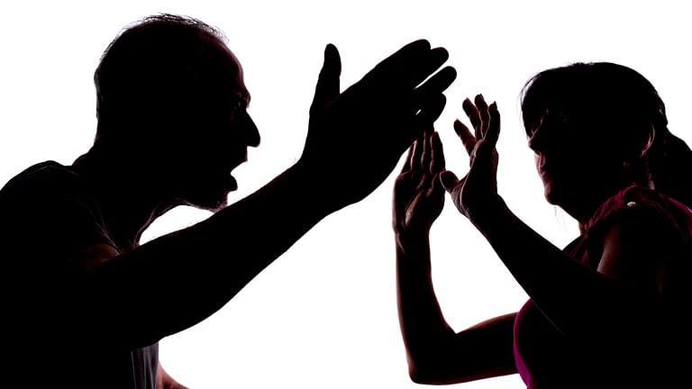 அம்மிக்கல்லைப் போட்டு மனைவியை கொலை செய்த கணவர் சரண்