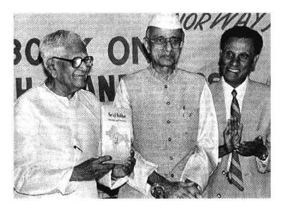 1998 மே 24-ல் அமலேந்து குஹா (வலது) எழுதிய 'நேதாஜி சுபாஷ்: ஐடியாலஜி அண்ட் டாக்ட்ரைன்' புத்தகத்தை வெளியிடுகிறார் முன்னாள் குடியரசுத் தலைவர் ஆர்.வெங்கட்ராமன்.