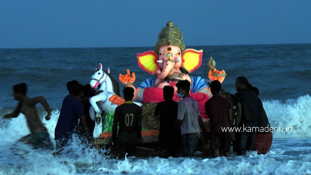 புதுச்சேரி கடலில் கரைக்கப்பட்ட விநாயகர் சிலைகள் - போட்டோ கேலரி