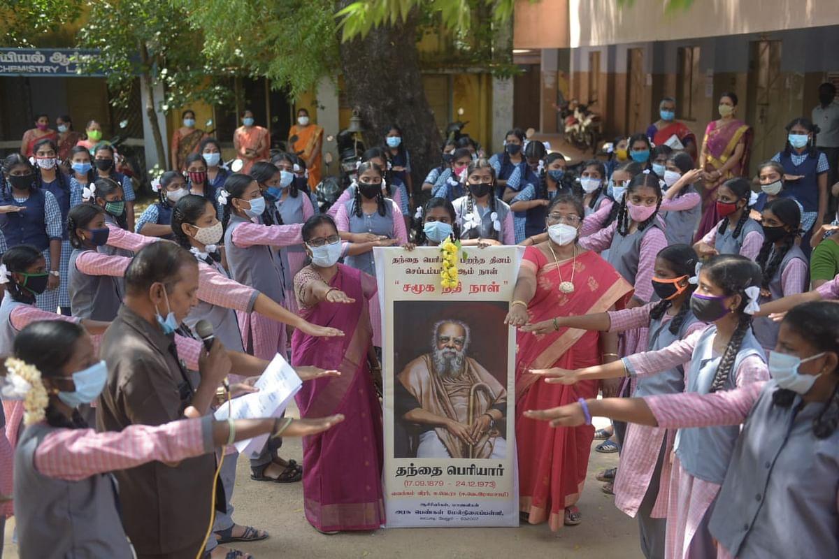 சமூக நீதி நாள் உறுதிமொழி எடுத்துக் கொண்ட மாணவிகள் - போட்டோ கேலரி
