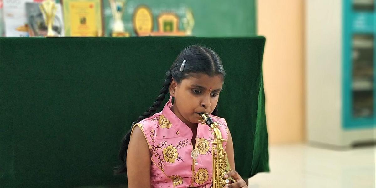 வீடியோ - 'சாக்சபோன்' வாசிப்பில் அசத்தும் பார்வைத்திறனற்ற 10 வயது கோவை சிறுமி