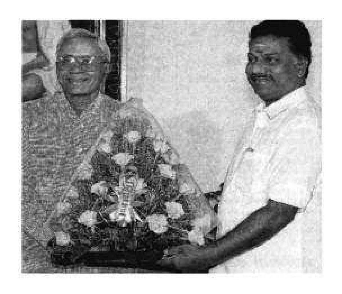 2002-ல் தனது ராஜினாமா கடிதத்தையும், அதிமுக சட்டப்பேரவைத் தலைவராக ஜெயலலிதா தேர்வுசெய்யப்பட்டதற்கான கடிதத்தையும் அப்போதைய ஆளுநர் பி.எஸ்.ராம்மோகன் ராவிடம் அளிக்கிறார் அப்போதைய முதல்வர் ஓ.பன்னீர்செல்வம்.