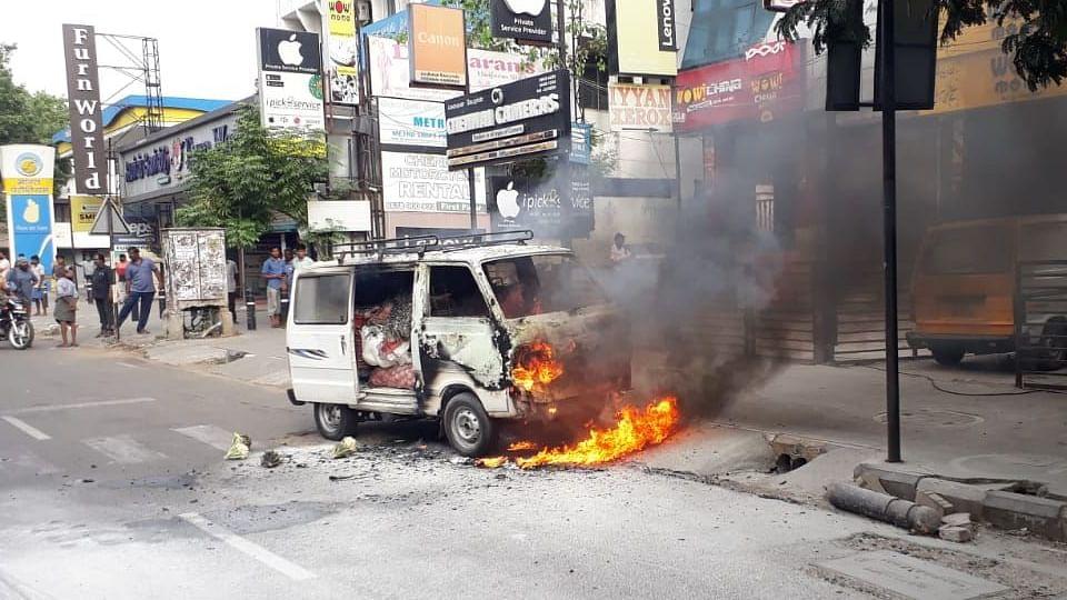 சென்னை கோடம்பாக்கத்தில் சாலையில் சென்றுகொண்டிருந்த கார் தீப்பிடித்து எரிந்ததால் பரபரப்பு