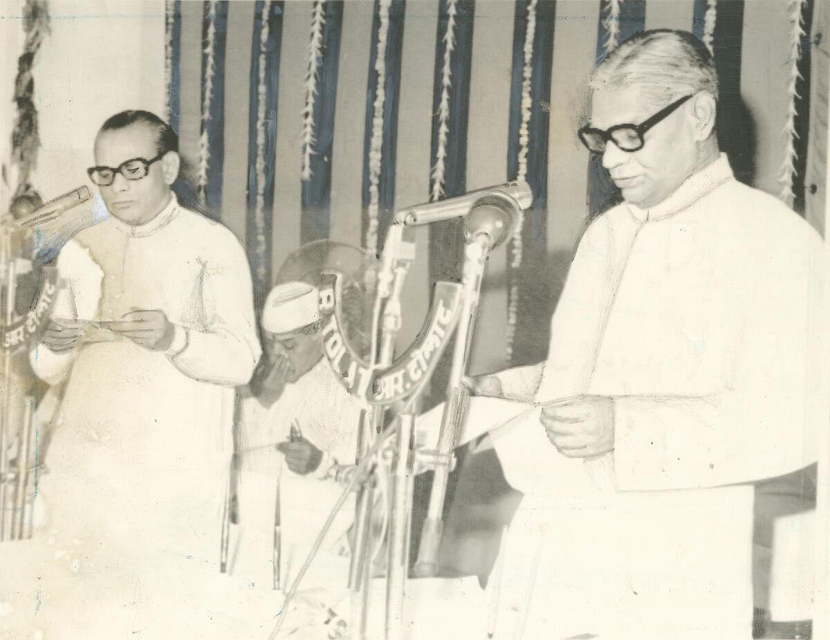 1977-ல், முதல்வராகப் பதவியேற்கும் பாபுபாய் படேல்