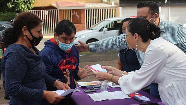 Entrega DIF Zamora becas a personas con discapacidad