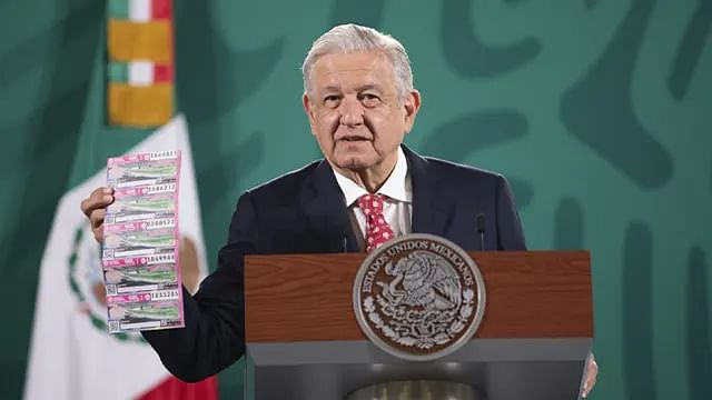 """""""Se van a rayar""""; AMLO invita a comprar cachito de lotería para rifa del 15 de septiembre"""