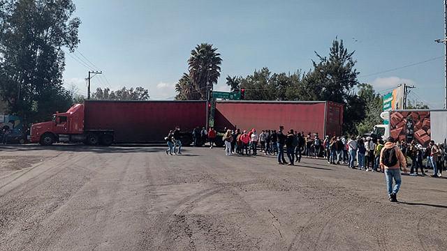 Más caos: ahora normalistas bloquean libramiento de Morelia