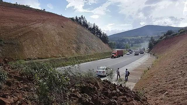 Michoacán: reabren paso en autopista Siglo XXI tras derrumbe de cerro