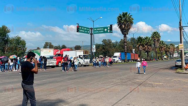 Normalistas recurren a bloqueos para exigir a autoridades se cumplan sus demandas