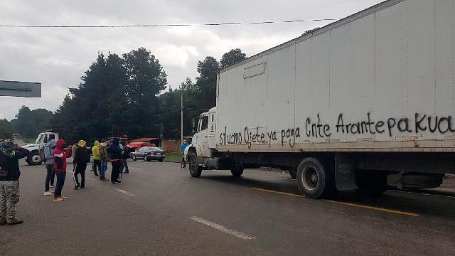 Maestros de Arantepacua bloquean crucero en San Juan Tumbio