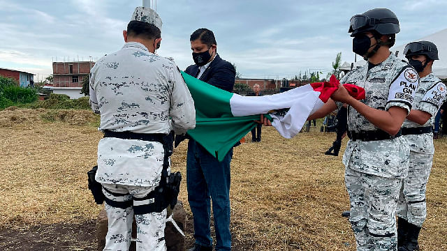 Nacho Campos realiza izamiento de bandera con representantes ejidales, Uruapan