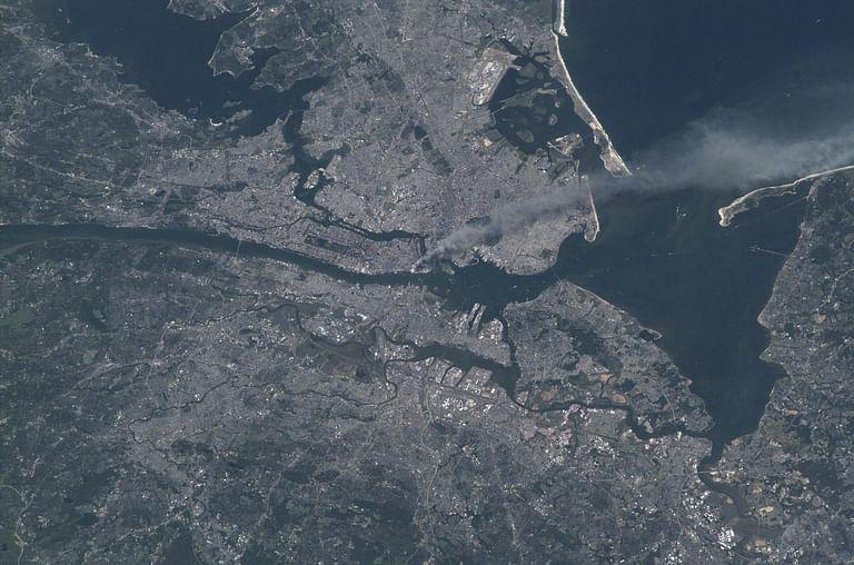 En la imagen satelital compartida por la agencia se puede ver una nube de humo sobre el área de Manhattan