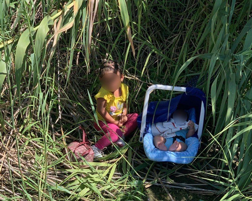 Abandonan a orillas del río Grande a niña y bebé migrantes de Honduras