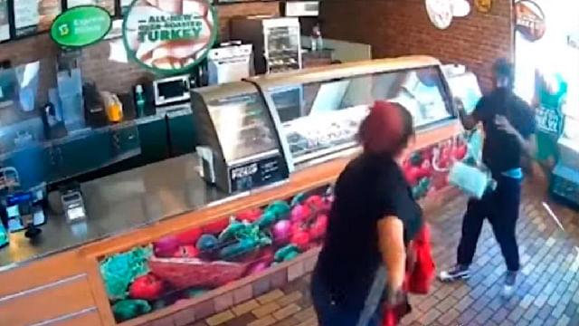 Empleada se enfrenta a ladrón y evita robo de restaurante; la despiden