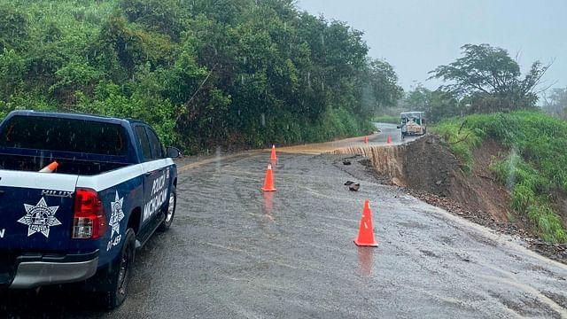 Se deslava parte de la carretera Arteaga-La Mira; no hay paso