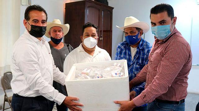 Gobierno de Uruapan entrega apoyos a productores pecuarios