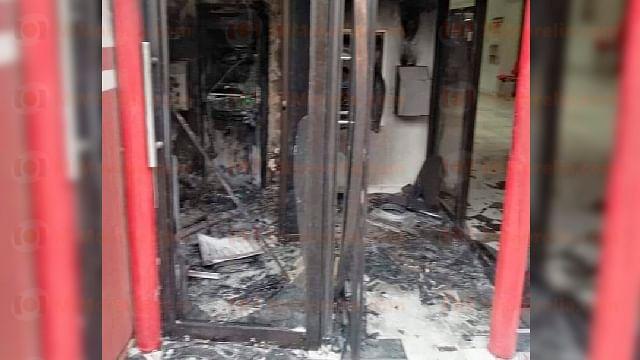 Hombre incendia cajeros automáticos  en Uruapan; arden miles de pesos