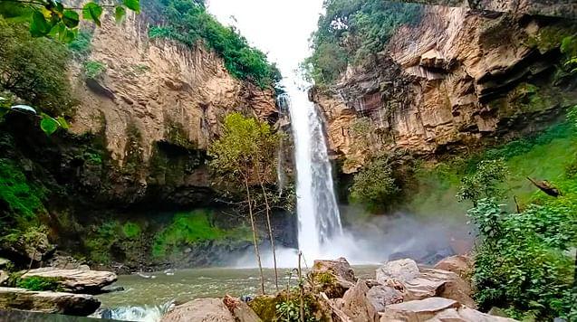 Cascada cristalina de verdes alrededores está a 2 horas de Morelia