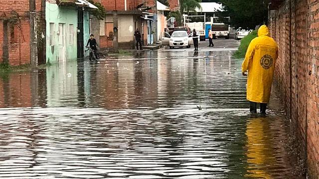Inundaciones y derrumbe de bardas, saldo tras tormenta en Michoacán