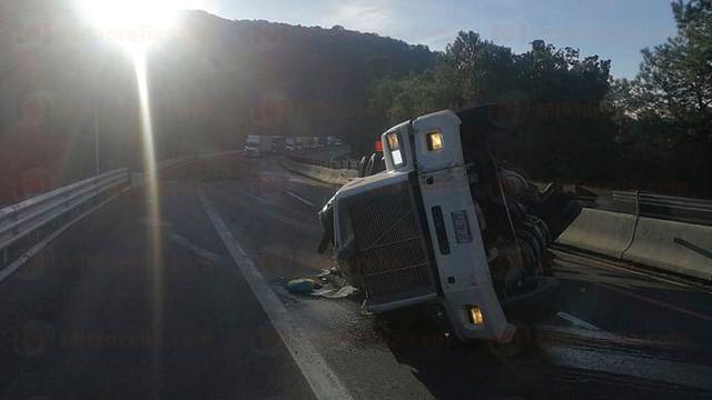 Vuelca tráiler en la autopista de Occidente; hay 2 heridos