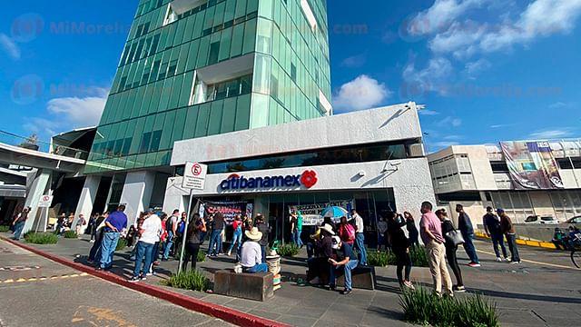 Bloquea CNTE accesos a la Torre Financiera de Morelia
