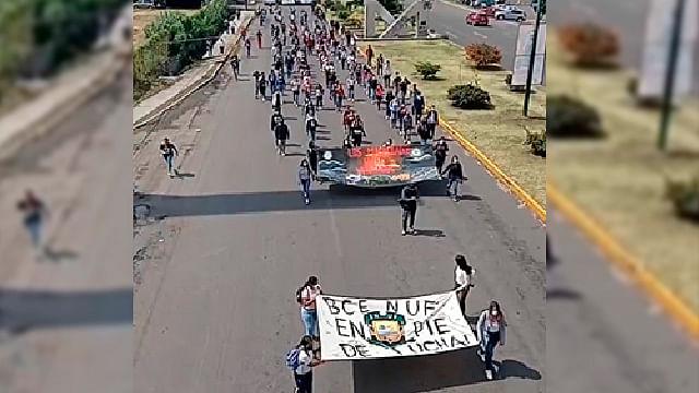 Con marcha en Morelia piden justicia por los 43 normalistas de Ayotzinapa