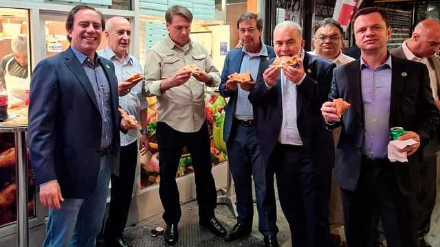 Por no estar vacunado, Jair Bolsonaro cena pizza en calle de Nueva York