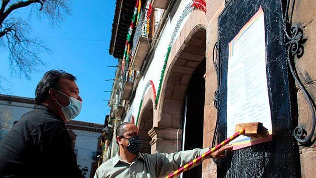 Julio Arreola realiza pega del Bando Solemne en Pátzcuaro